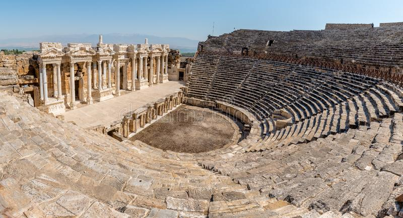 Forntida stad av Hierapolis i Pamukkale, Turkiet royaltyfri bild