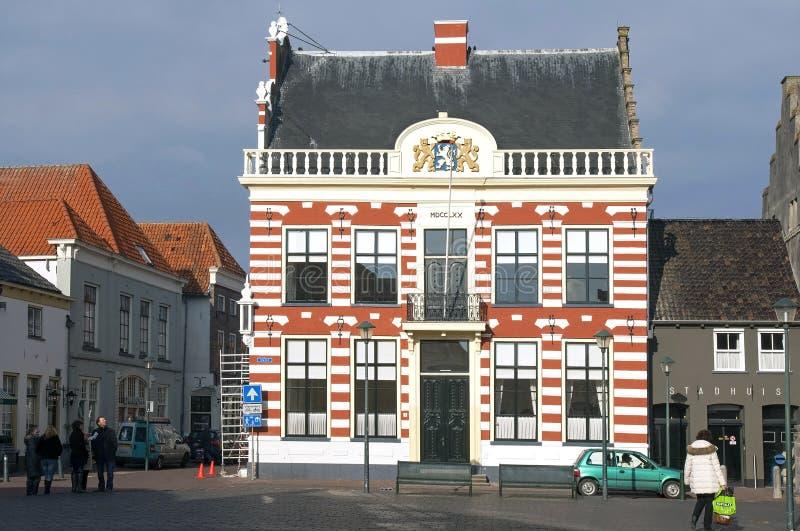 Forntida stadshus och besökare, Hattem, Nederländerna royaltyfria foton