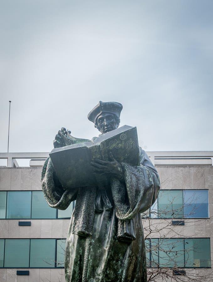 Forntida staty av en präst bara som läser royaltyfri foto