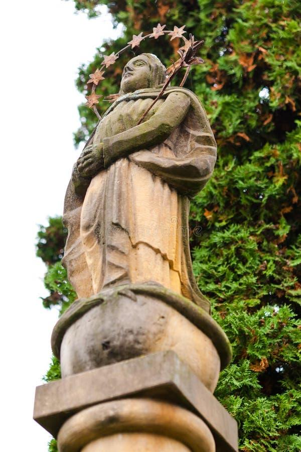 Forntida staty av jungfruliga Mary royaltyfria bilder