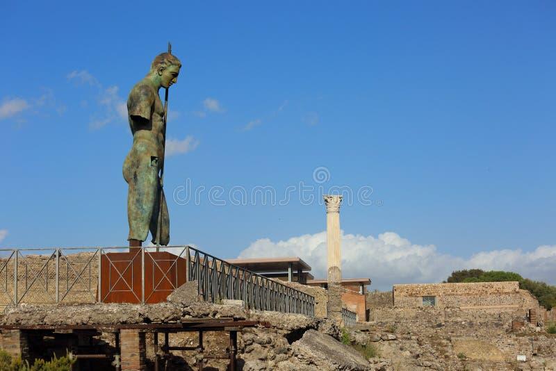 Forntida staty av krigaren i Pompey den döda staden i Italien under blått royaltyfri bild