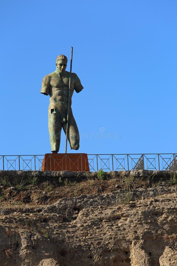 Forntida staty av krigaren i Pompey den döda staden i Italien under blått arkivfoto