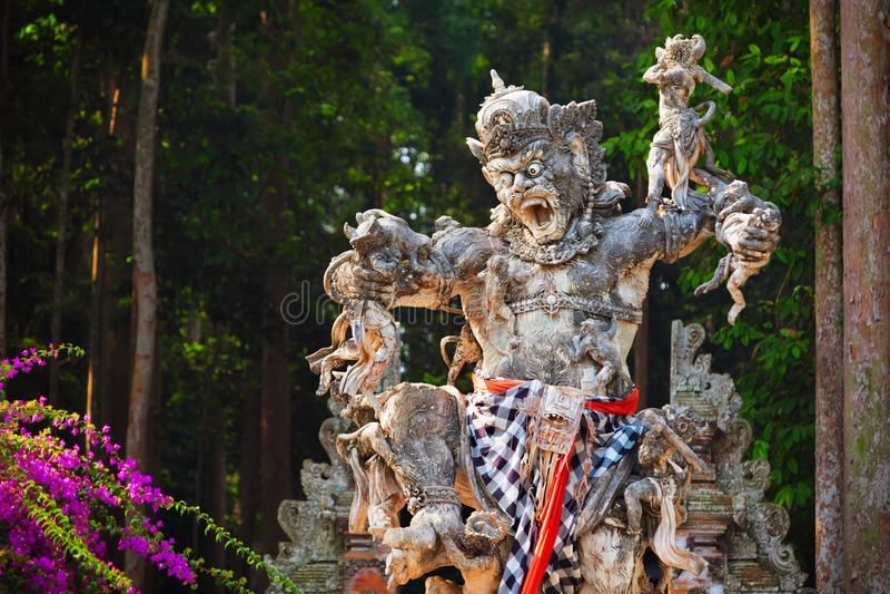 Forntida staty av Kumbhakarna i den Sangeh apaskogen, Bali, Indonesien royaltyfri bild