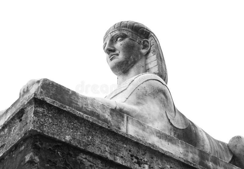 Forntida staty av sfinxen på vit arkivbild