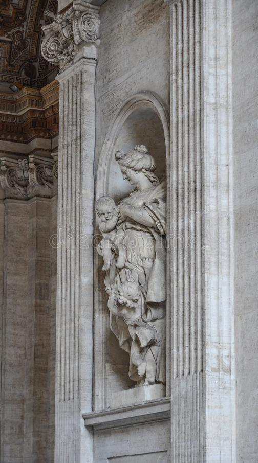 Forntida staty av Sten Peter Basilica royaltyfria foton