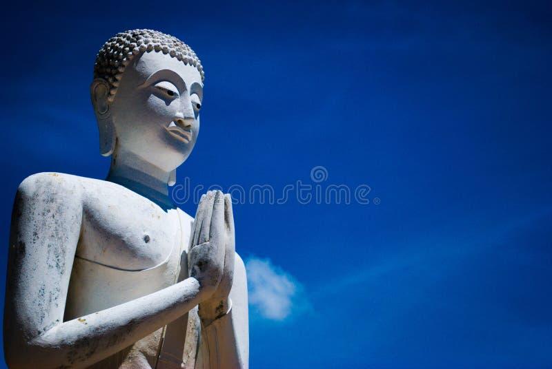 Forntida staty med blå himmel arkivbild