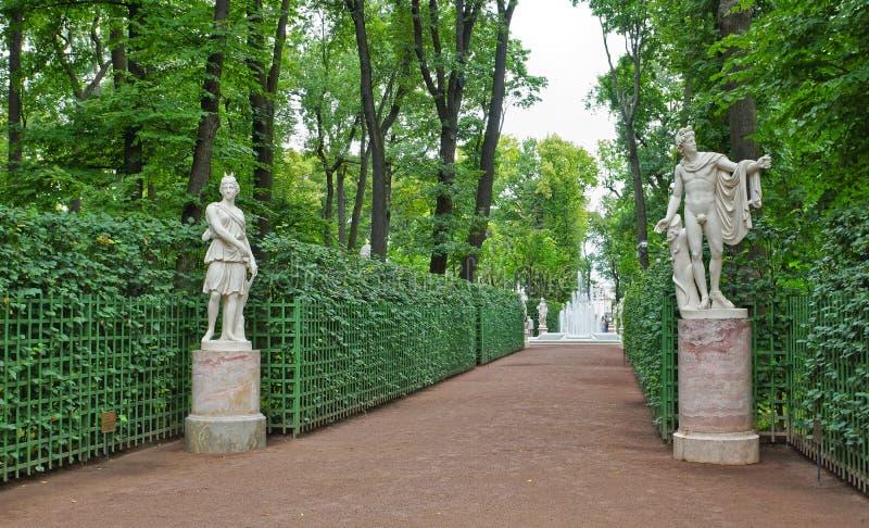 Forntida statyer i sommarträdgårdarna parkerar i St Petersburg arkivbild