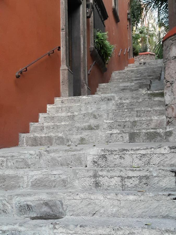 Forntida sten lantliga Grey Staircase och gammal stuckatur texturerad dörröppningsvägg som symboliserar klättringen, utmaning, re royaltyfri fotografi