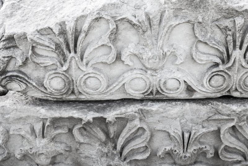 Forntida sten som snider prydnaden, vit portik royaltyfria foton