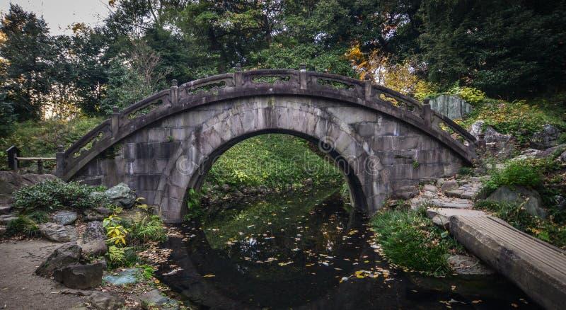 Forntida stena bron på parkerar arkivfoto