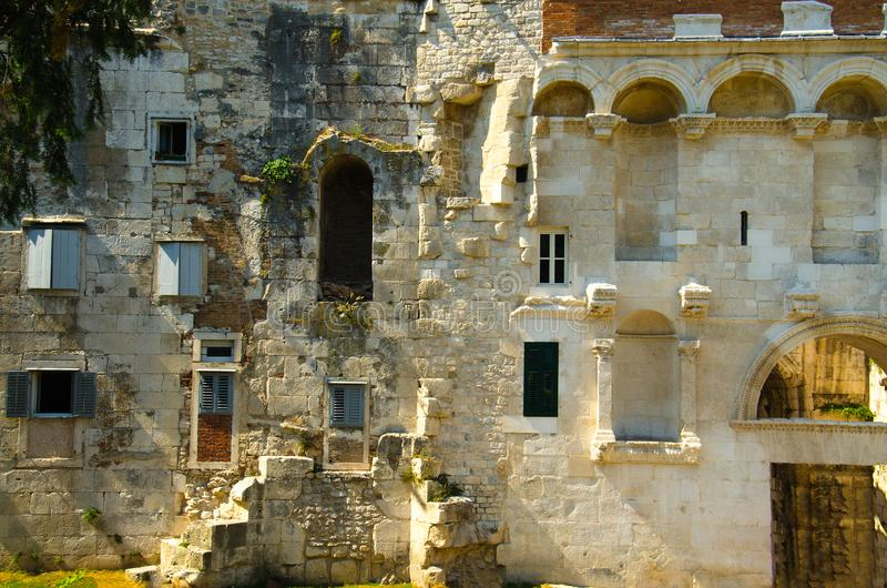 Forntida stena den stadsväggKinoteka Golden Gate, splittring, Dalmatia, C royaltyfri fotografi