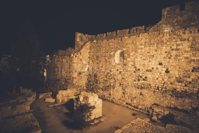 Forntida stena den sydliga väggen i den gamla staden av Jerusalem Israel mot natthimlen arkivbilder