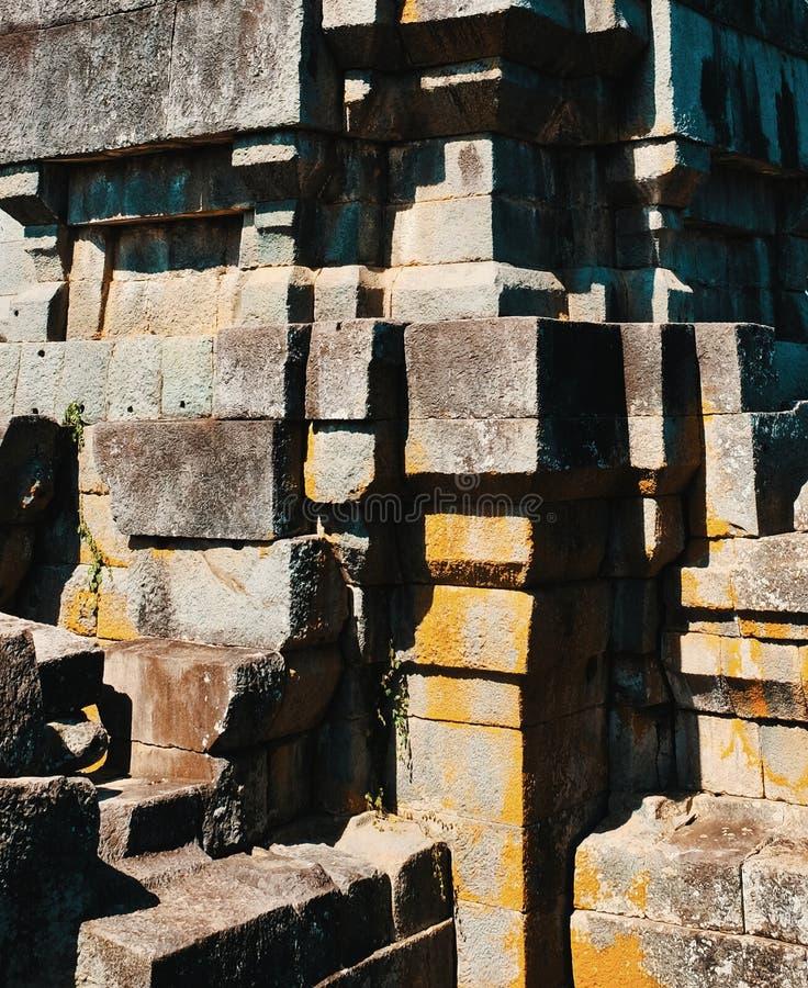 Forntida stena det polygonal murverket v?gg f?r sten f?r bakgrundsf?rggrunge royaltyfri bild