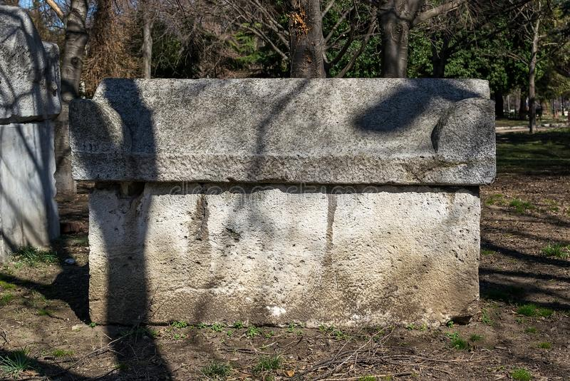 Forntida stena sarkofaget i parkerar Antika stengravvalv lokaliseras i en allmänhet parkerar bredvid det arkeologiska museet i Va arkivbilder