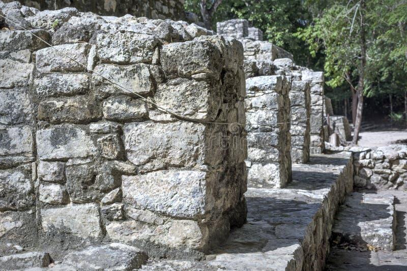 Forntida stenarkitekturreliker på Mayan Coba fördärvar, Mexico arkivfoton