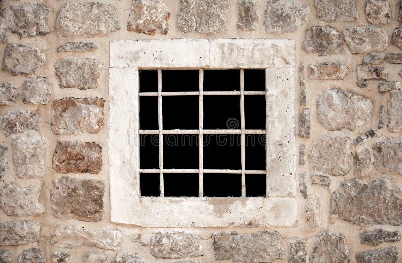 Forntida stenfängelsevägg med fönstret royaltyfri fotografi