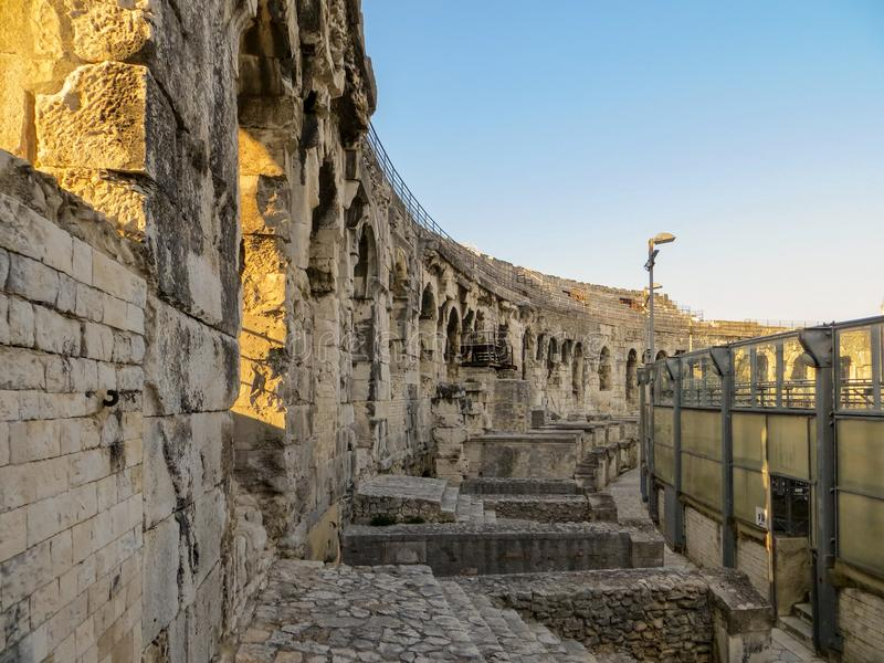 Forntida stenhuggeriarbete i Roman Arena i Frankrike arkivbilder
