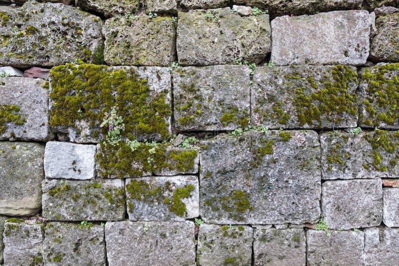 Forntida stenkvarter som bildar den lantliga väggen arkivfoton