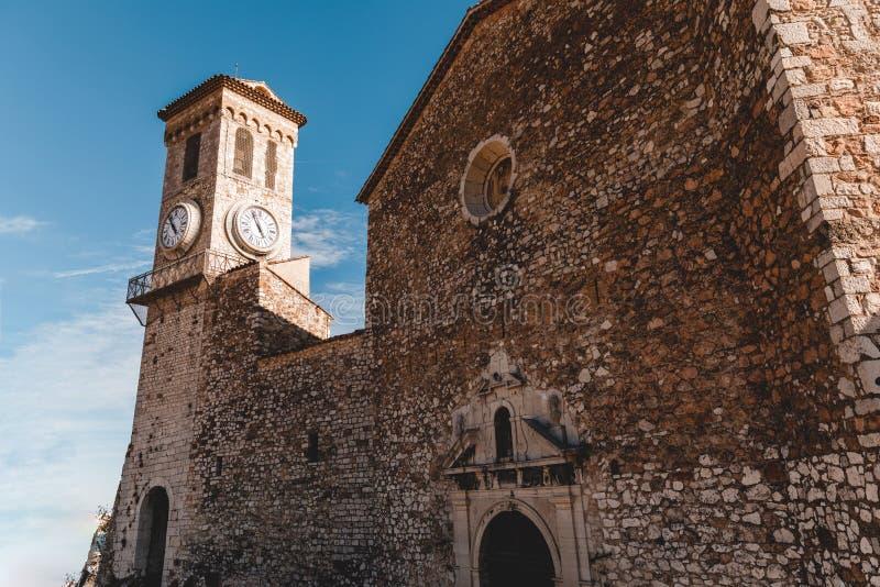 forntida stenkyrka med klockatornet på den gamla europeiska staden, Cannes, Frankrike fotografering för bildbyråer