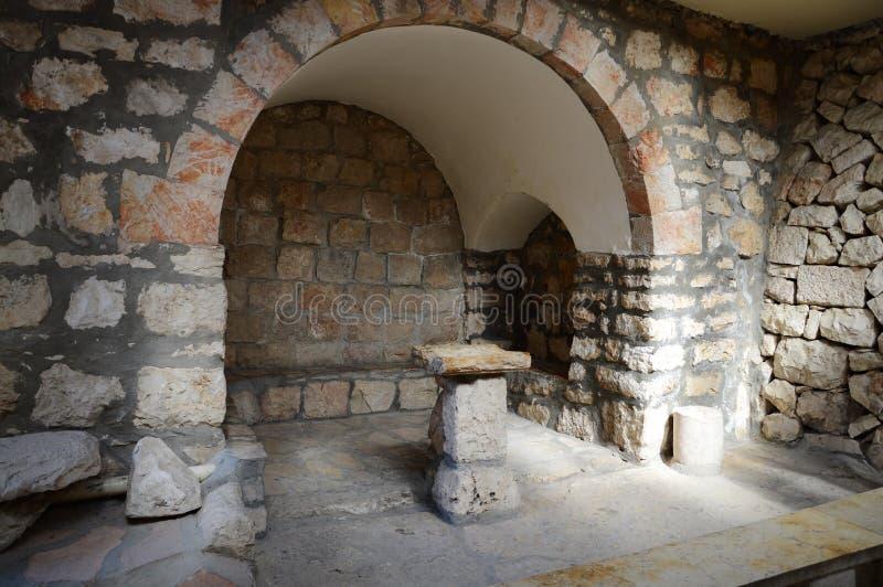 Forntida stenstol för att predika i kyrkan royaltyfri bild