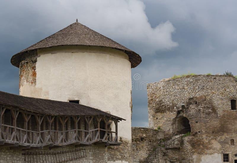 Forntida stentorn och vägg i fästningen arkivfoton