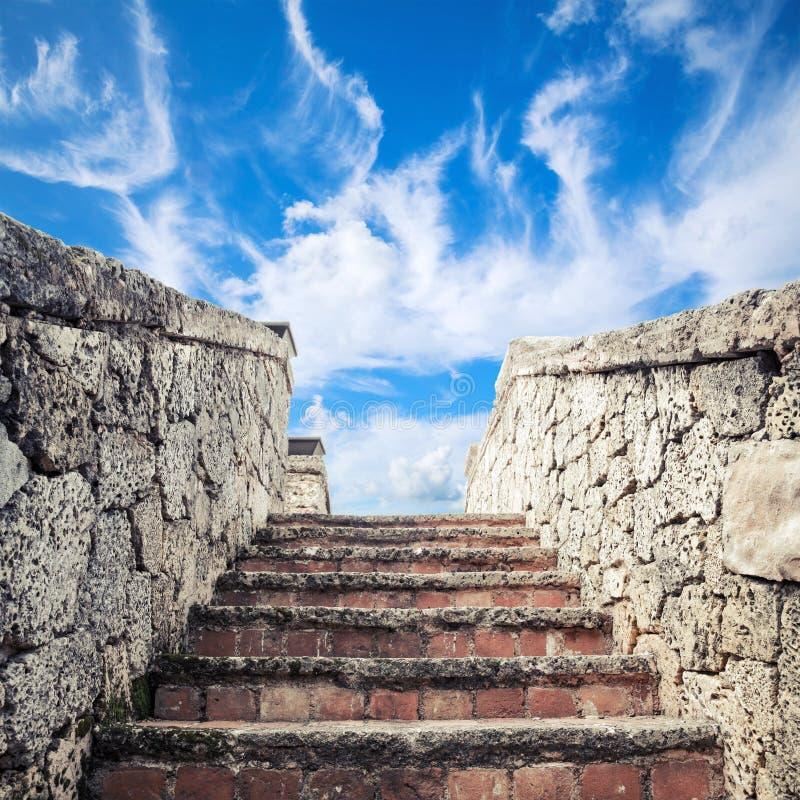 Forntida stentrappa under molnig himmel arkivbilder