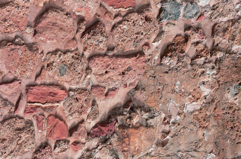 forntida stenvägg Murverk av gamla röda stenar och tegelstenar Härlig bakgrund royaltyfria bilder
