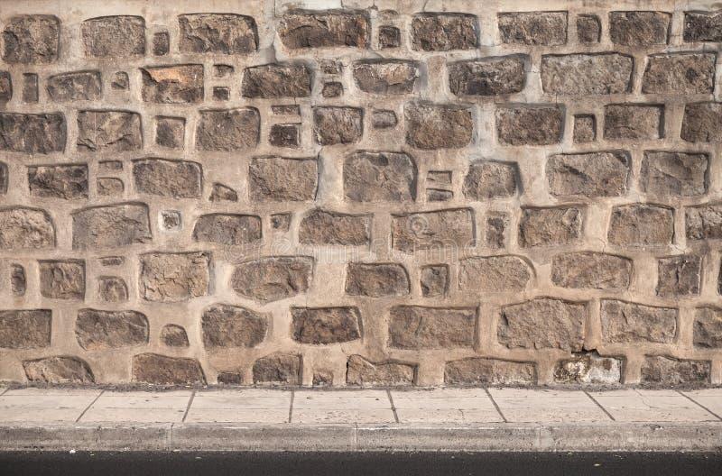 Forntida stenvägg och golv som belägger med tegel bakgrund arkivfoton