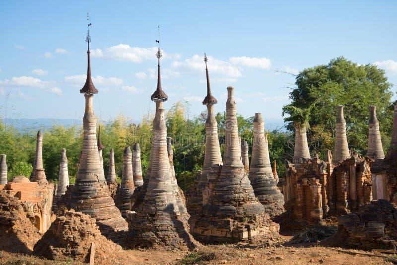 Forntida stupa av Shwe i den Dein pagoden Byn Indein i grannskapen av sjön Inle myanmar fotografering för bildbyråer