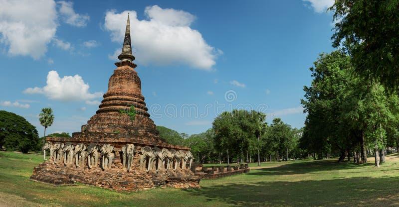 Forntida stupa med högg bilder av elefanter thailand arkivbild