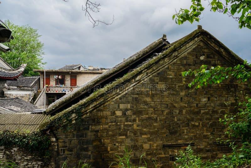 Forntida tegelplatta-taklade hus i den molniga våren, Guiyang, Kina royaltyfri foto