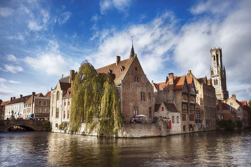 Forntida tegelstenhus i Bruges Brugge, Belgien Bruges skiljs av dess fantastiska kanaler att du kan besöka förbi arkivfoto