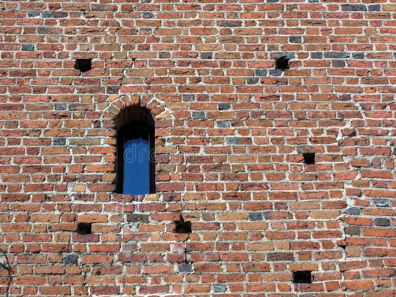Download Forntida Tegelstenväggfönster Arkivfoto - Bild av erosion, knäcka: 283884