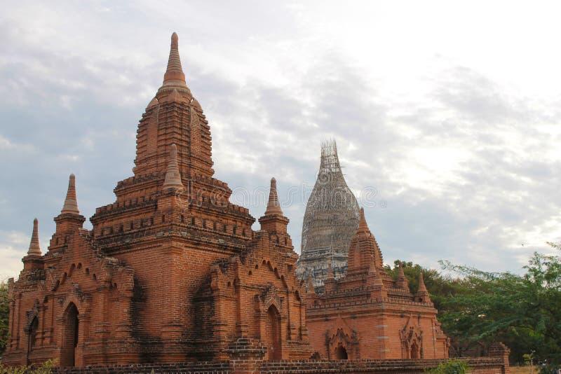 Forntida tempel av Bagan på soluppgång, Myanmar Burma royaltyfri foto