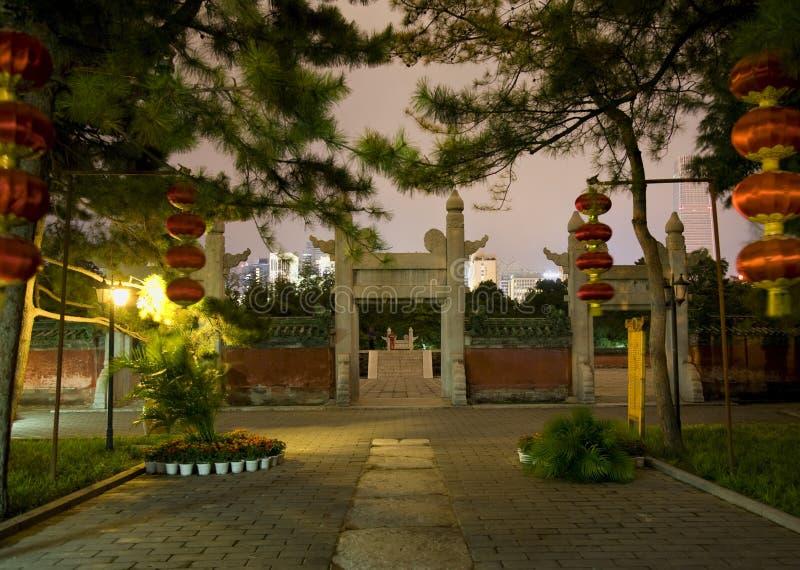 forntida tempel för sun för natt för beijing porslinlyktor royaltyfri foto