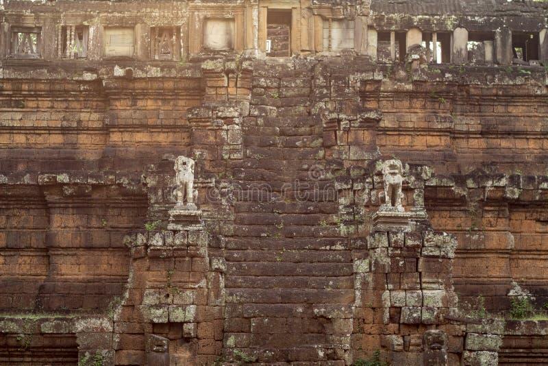 Forntida tempel i Angkor Wat Phimeanakas trappa med stenstatyn i solnedgångljus Buddistisk eller hinduisk tempel arkivfoton