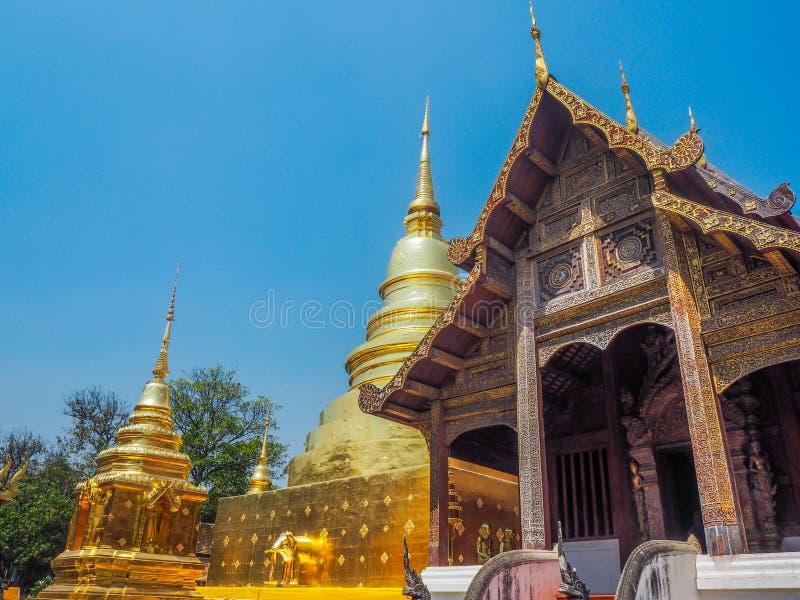Forntida tempel och D-pagod med bakgrund för blå himmel royaltyfria foton