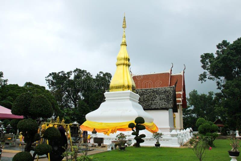 Forntida tempel och pagod i Khon Kaen, Thailand royaltyfria foton