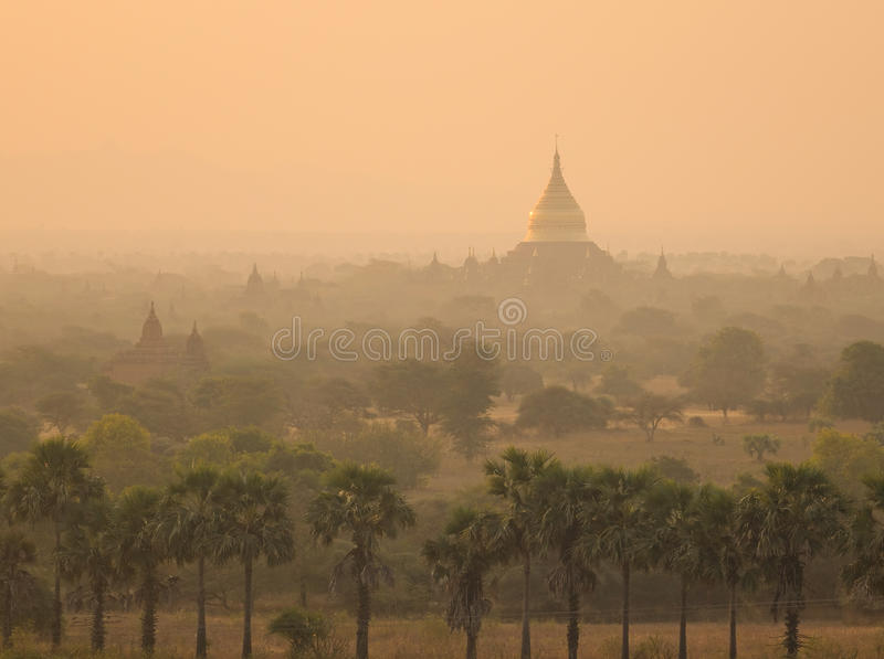 Forntida tempel på soluppgång i Bagan, Myanmar arkivbilder