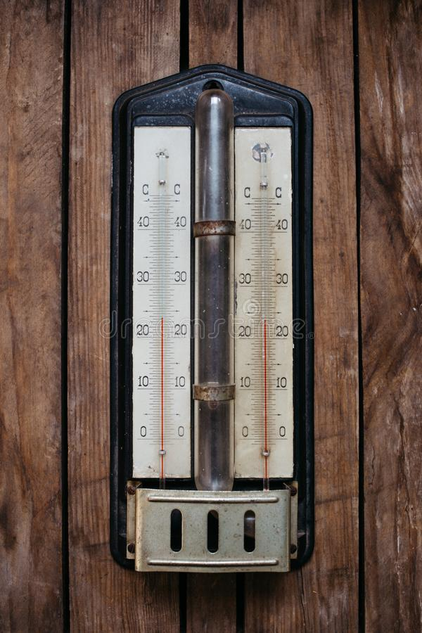 forntida termometer på träbakgrund som 26 grader är celsius royaltyfri fotografi
