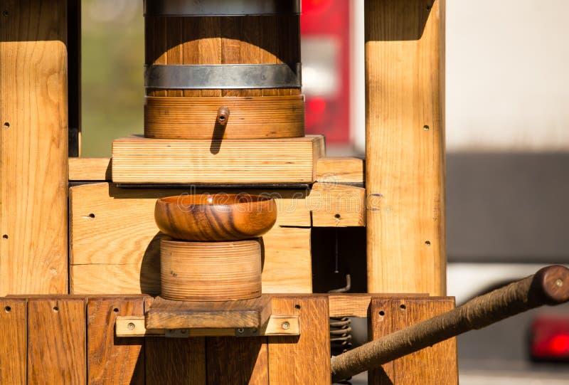 Forntida träapparatur för utdragning av olja från frö royaltyfri bild
