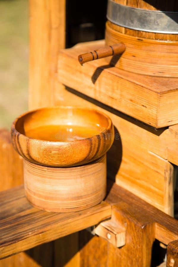 Forntida träapparatur för utdragning av olja från frö arkivfoton