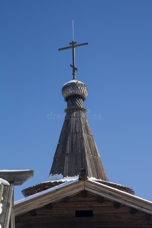 Forntida träarkitektonisk struktur - kyrkan av det 17th århundradet: detaljer kupol, tak, fönster, farstubro, väggar royaltyfria foton
