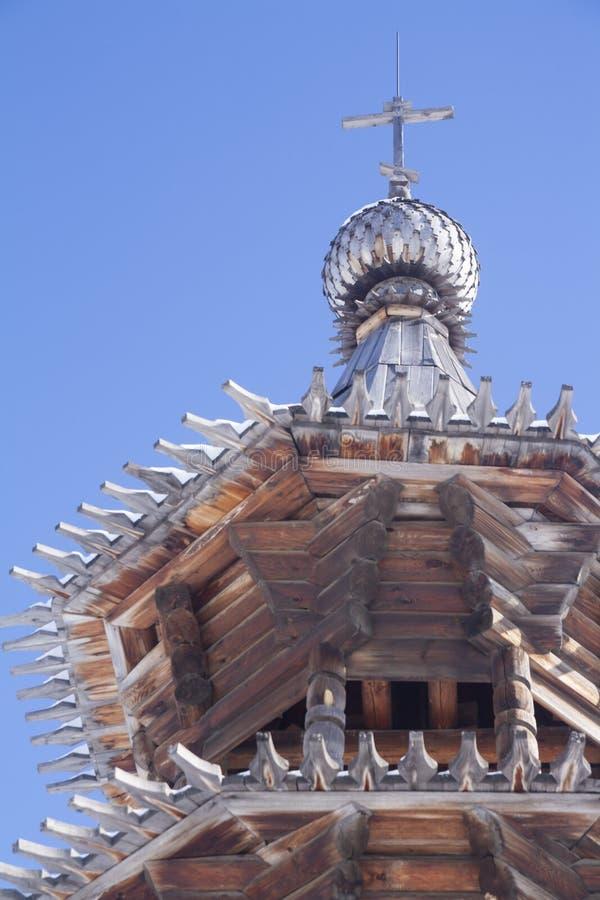 Forntida träarkitektonisk struktur - kyrkan av det 17th århundradet: detaljer kupol, tak, fönster, farstubro, väggar fotografering för bildbyråer