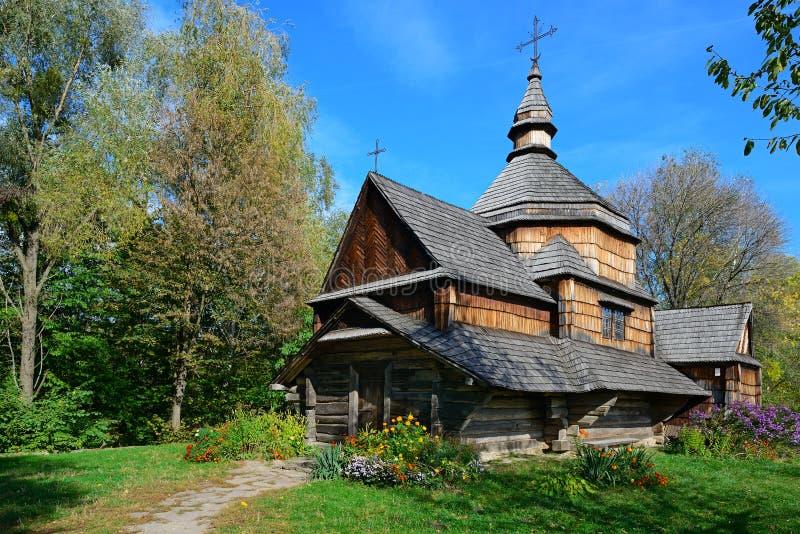 Forntida träkyrka i Ukraina royaltyfri fotografi