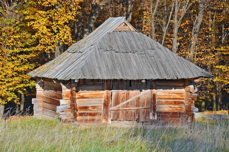 Download Forntida träladugård fotografering för bildbyråer. Bild av lantligt - 27284459