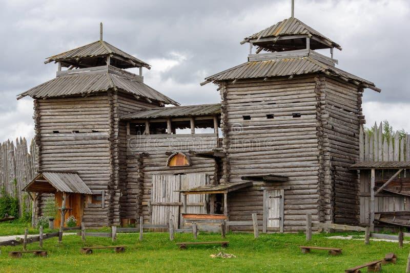 Forntida träslott i Ryssland Turist- dragning royaltyfria foton