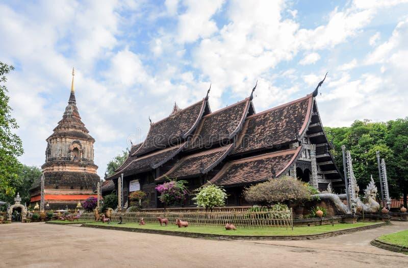 Forntida trätempel i Chiang Mai, Thailand royaltyfria bilder