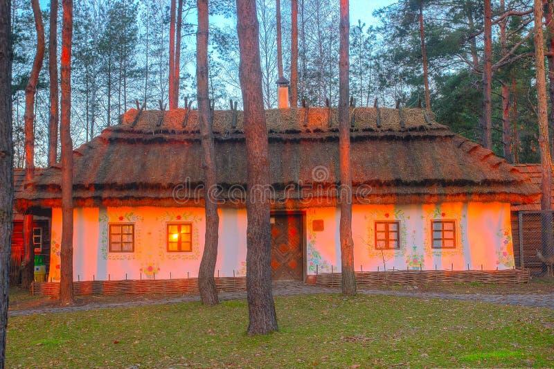 Forntida traditionell ukrainsk gyttja som förlägga i barack i skog arkivfoto