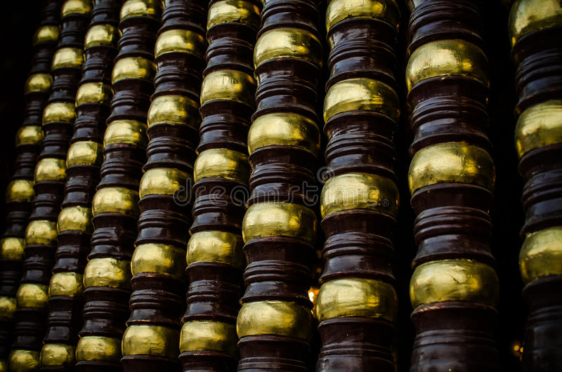 Forntida trappräcke för thailändsk stil i thailändsk tempel royaltyfria foton